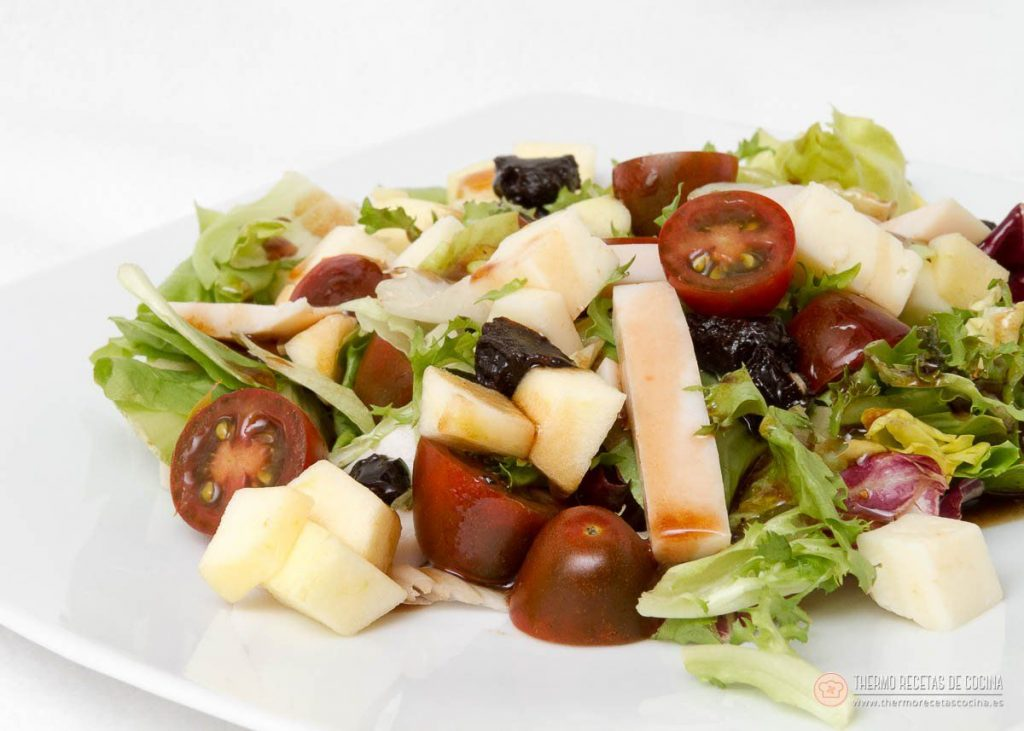 Ensalada con manzana, queso y uvas pasas. 1